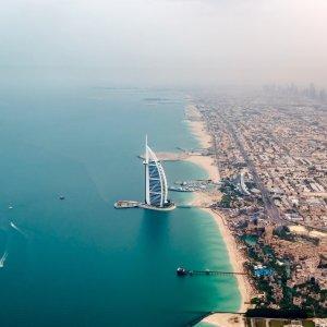 UAE.Burj_al_Arab Der Blick von Oben auf das Burj al Arab von der Küstenseite aus