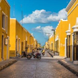 MX.POI.Yucatan Izamal Die gelben Häuser in Izamal