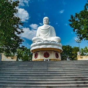 VN.Nha Trang_Long-Son_Buddha Der Blick von unten über eine Treppe auf einen weißen Buddha.