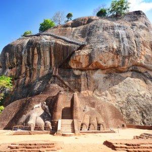 """LK.Dambulla_Sigiriya_Felsenfestung Nahaufnahme der """"Sigiriya Felsenfestung"""" in Sri Lanka"""