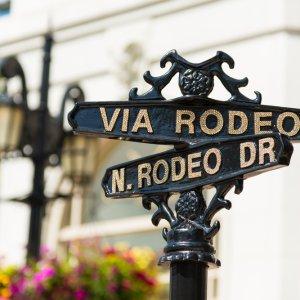 Blick auf ein Rodeo Drive Straßenschild
