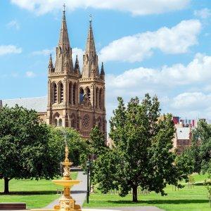 AU.Adelaide_St.Peter-Kathedrale Der seitliche Blick auf die St. Peter-Kathedrale in Adelaide.