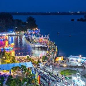 VN.Can_Tho_Hai_Ba_Trung_Promenade Der Blick bei Nacht auf die beleuchtete Hai Ba Trung Promenade über den Can Tho Fluss.