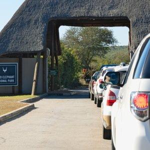 ZA.Addo_Elephant_National_Park_Auto Autoschlange vor dem Eingang des Addo Elephant National Park