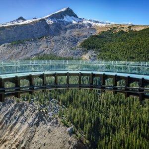 """CA.Jasper_Nationalpark_glacier_skywalk Der über den Abgrund hinausragende, gläserne Steg """"Glacier Skywalk"""" vor der Bergkulisse des Jasper Nationalpark, Kanada"""
