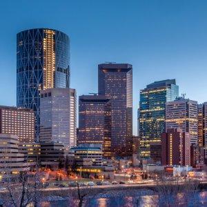 CA.Calgary.Skyline Beleuchtete Hochhäuser-Reihen der Stadt Calgary, Kanada