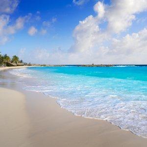 MX.AR.Riviera Maya Blick auf den feinen Sand und das blaue Wasser eines Strandes