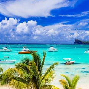 MU.Nordkueste.Strand Traumhafte Strand Szenerie mit Palmen und kleinen Booten auf dem türkisblauen Ozean an der Nordküste von Mauritius
