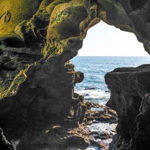 MA.POI.Herkulesgrotte_Meerblick Der meerseitige Ausgang der Höhle zeichnet die Karte Afrikas nach.