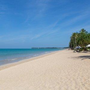 TH.AR.Khao Lak Strand 2 Blick auf einen Strand mit weißem Sand und Palmen