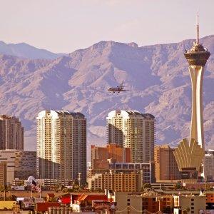 US.AR.Las Vegas 3 Die Skyline von Las Vegas und die umliegenden Berge bei Tag