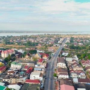 LA.Pakse_Header Der Blick von oben über die Stadt Pakse, Laos.