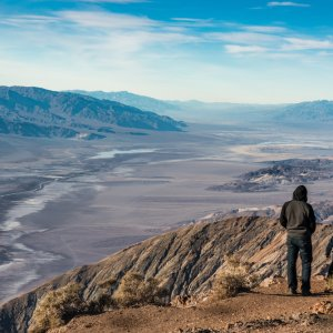 US.AR.Death Valley National Park Vater & Sohn Vater und Sohn, die die Landschaft des Nationalparks beobachten