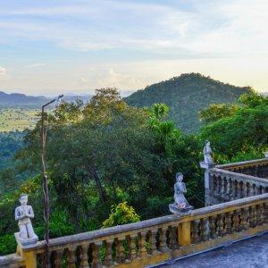 KH.Battambang_Phnom_Sapeau Der Blick vom Berg Phnom Sapeau über die weiten ländlichen Ebenen von Battambang, Kambodscha.