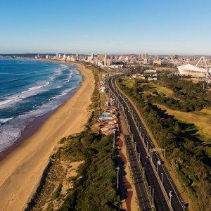 ZA.Durban Blick aus der Vogelperspektive auf die Skyline vor dem blauen Lagunen-Strand in Durban, Südafrika