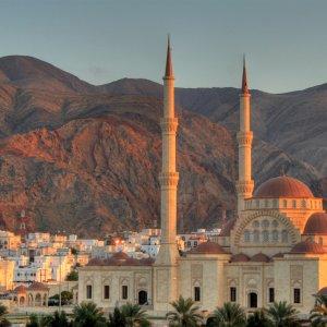 """OM.Muscat Blick auf die im Oman gelegende Stadt """"Muscat"""" und die dort stehende """"Sultan-Qabus-Moschee"""""""
