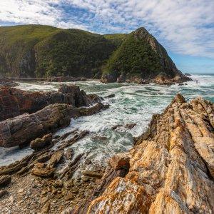 ZA.Tsitsikamma-Nationalpark Blick auf die schroffen Felsen der Küste