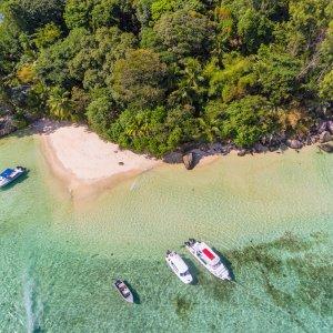 SC.Nationalpark Luftaufnahme einer kleinen tropischen, unberührten Insel, Seychellen