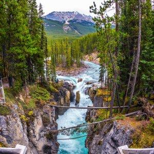 CA.Jasper_Nationalpark_Wasserfall Blick von oben auf felsigen Bachverlauf und kleinem Wasserfall im Jasper Nationalpark, Kanada