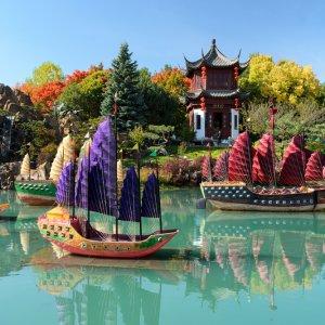 CA.Montreal_Botanischer_Garten Kleine chinesische Schiffe auf Wasser im chinesischen Botanischen Garten in Montreal, Kanada