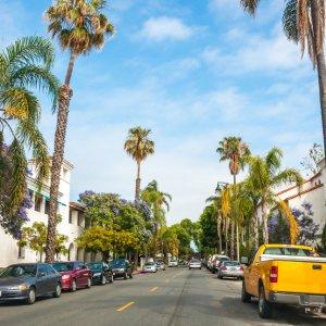 US.AR.Santa Barbara Straße Blick auf eine Straße mit Autos und Palmen