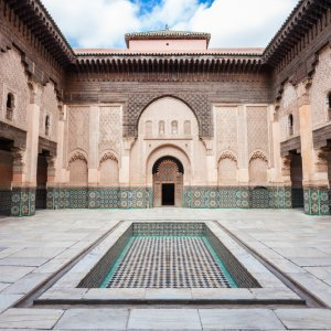 """MA.Marrakesch.Medersa wunderschön orientalisch verzierte Ansicht des Innenhofs der Koranschule """"Ben Youssef Medersa"""" in Marrakesch, Marokko"""