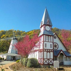 NZ.Nelson Founders Heritage Park Der Blick auf eine Kirche und eine Windmühle im Hintergrunde, die Holzhäuser im Founders Heritage Park.