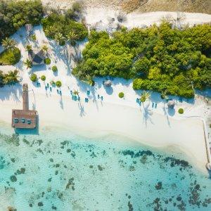 MV.AR.Addu Atoll Luftaufnahme vom weißen Sandstrand und türkisblauem Wasser in Addu Atoll, Malediven