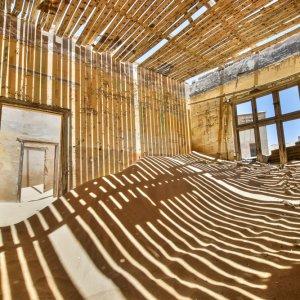 NA.POI.Kolmanskop 5 Das Innere eines Gebäudes voll mit Sand