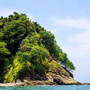 CR.Playa_Samara_Isla_Chora Der Blick auf eine bergig grüne Insel im Meer.