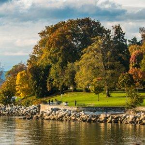 """CA.Vancouver.Stanley_Park Kleine Steine an der Küste vor dem grünen """"Stanley Park"""" in Vancouver, Kanada"""