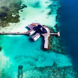 MV.Sued_Male_Atoll_Bungalow Luftaufnahme eines typisch maledivischen Wasserbungalow im blauen indischen Ozean am Süd Malé Atoll