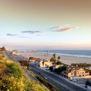 Blick auf den Strand Santa Monicas und die Straße bei Sonnenuntergang