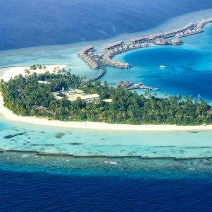 MV.Nord_Ari_Atoll Luftaufnahme einer Insel im blauen indischen Ozean am Nord Ari Atoll, Malediven