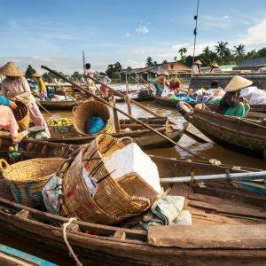 VN.Mekong-Delta_Can_Tho_Floating_Market Der Blick auf zahlreiche mit Ware beladenen Booten.