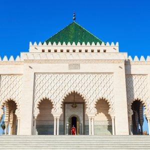 MA.Rabat.Mausoleum Weiß strukturierte Architektur mit grünem kleinen Spitzdach des Mausoleum von Mohammed V in Rabat, Marokko