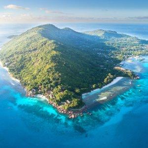 SC.La_Digue Luftaufnahme der mit viel grün bewachsenen Insel La Digue, Seychellen