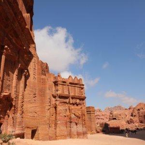 JO.Wadi Musa Faszination Der Blick seitlich auf ein historisches Bauwerk umgeben von roten Felsen und Steinen in der Region Wadi Musa, Jordanien.