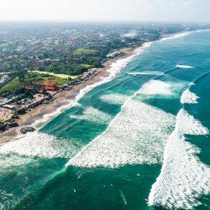 Bali.Canggu Luftaufnahme der brechenden Wellen an Küste von Canggu, Bali