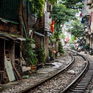 VN.Hanoi_Bahn Der Blick auf Bahngleise mitten durch ein Wohngebiet.