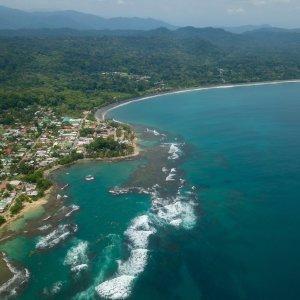 CR.Puerto_Viejo_de_Talamanca Der Blick von oben auf die Bucht von Puerto Viejo Beach in Costa Rica.