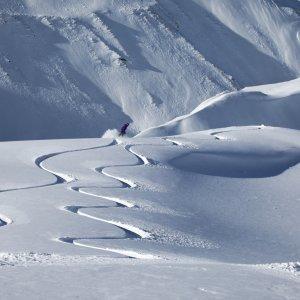 NZ.Wanaka_Snow Der Blick auf Spuren im Schnee mit Snowboarder.