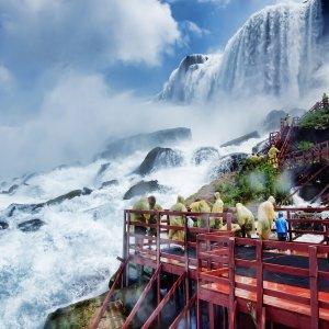 Touristen unterhalb der Niagarafälle in Regenmäntel