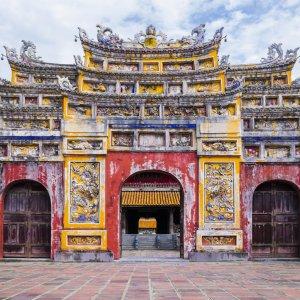 VN.Hue Der Blick auf einen bunten Tempeleingang.