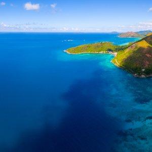 SC.Praslin.Panorama Luftaufnahme von der Küste der Insel Praslin, Seychellen