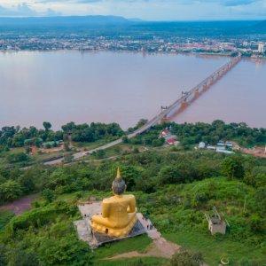 LA.Pakse_Phousalao Der Blick von Phousaloa über die Brücke und Stadt Pakse, Laos.