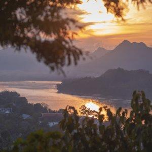 Laos.Moint_Phousi_Sunset Blick vom Mount Phousi auf einen romantischer Sonnenuntergang
