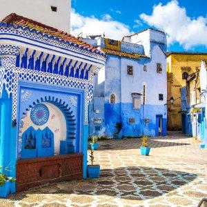 """MA.Chefchaouen.Platz Offener Platz mit blauen, architektonischen Ornamenten in der Medina der Blauen Stadt """"Chefchaouen"""", Marokko"""