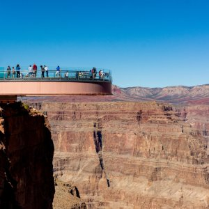 Menschen auf der Aussichtsplattform im Nationalpark