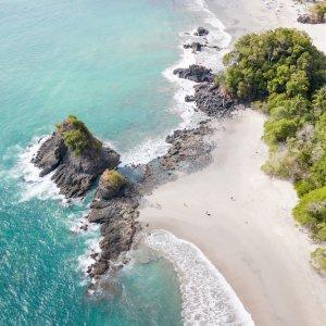 CR.Nationalpark Manuel Antonio 4 Strand des Manuel Antonio Nationalparks aus der Perspektive einer Drohne